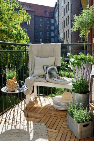 http://feelinterieur.com/urban-outdoor-space-small-balcony-inspirations/
