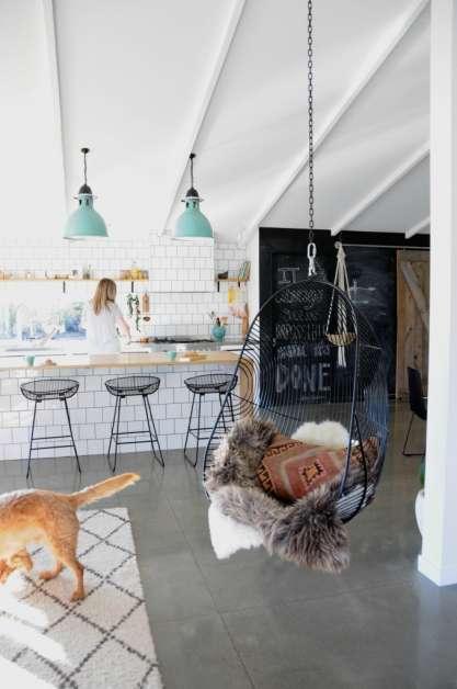 http://www.nsmbl.nl/19-gezellige-en-inspirerende-interieurs-inclusief-zwarte-meubels-en-muren/